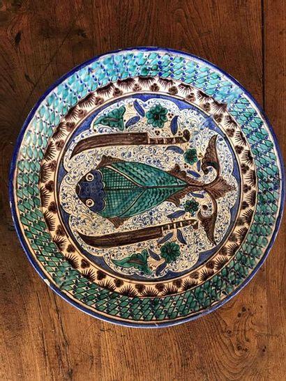 Grand plat rond en faïence à décor d'un poisson...