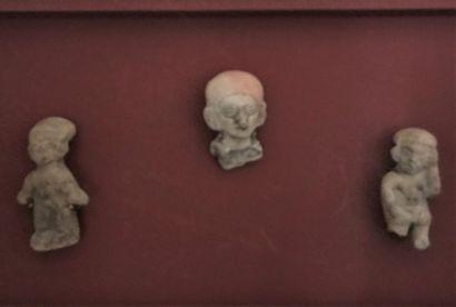 Souvenir de voyage: deux ocarinas tête en terre cuite et trois sujets terre cuite...