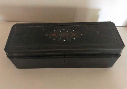 Boite à bijoux en bois noirci décoré sur...
