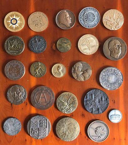 Lot de 24 médailles en bronze ou métal. Ref...