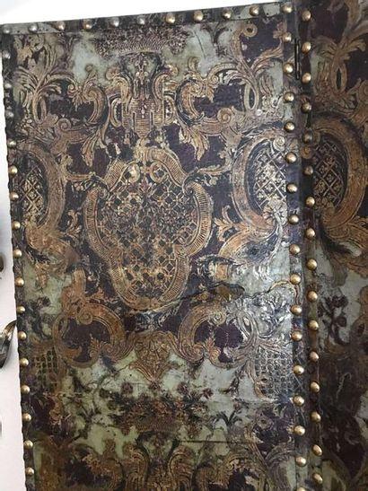 Grand paravent en de cuir gaufré à décor de blason et entrelacs. Accidents 58x2...