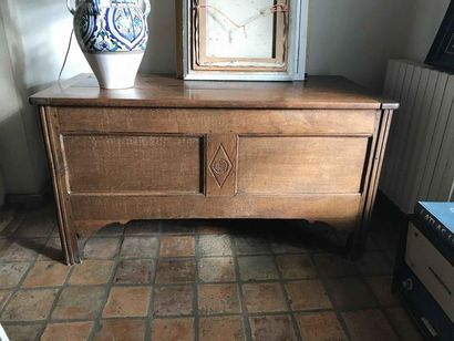 Coffre en bois naturel mouluré. Travail rustique Hauteur: 72cm - Longueur: 134cm...