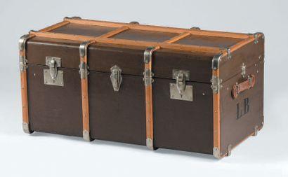 Malle de voyage en bois, cuir et métal.