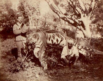 Photographie en sépia. Chasseurs de tigre....