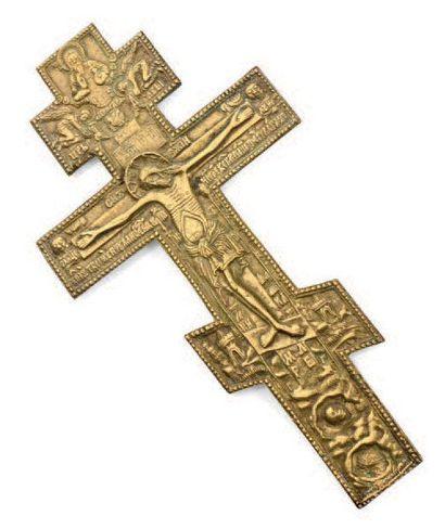 Croix orthodoxe en bronze doré à décor ciselé...