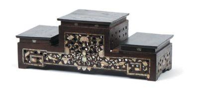 Socle à trois étagères en bois exotique ajouré...