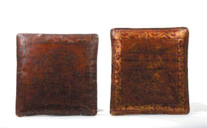 Deux coussins en cuir laqué rouge et or à...