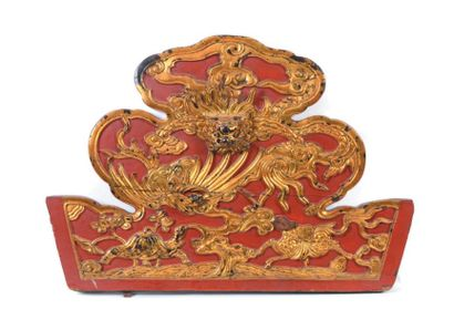 Panneau en bois sculpté laqué rouge et or...