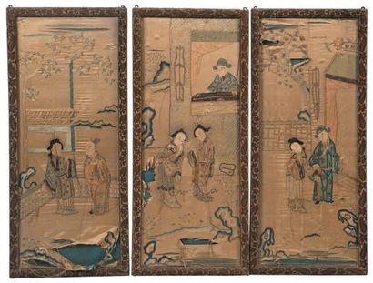 Suite de six panneaux en soie brodée à décor...