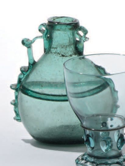 Petit vase gourde à panse aplatie en verre...
