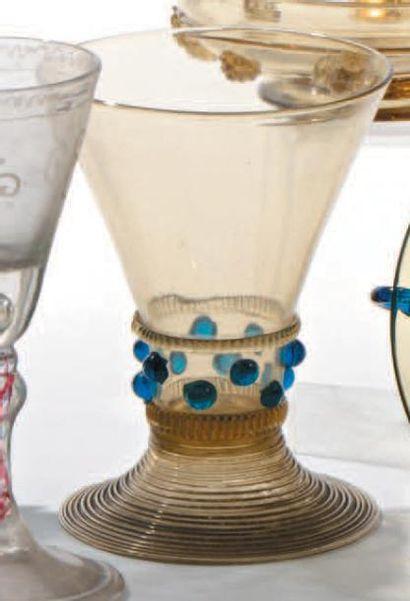 Verre conique en verre fumé et cabochon bleu....