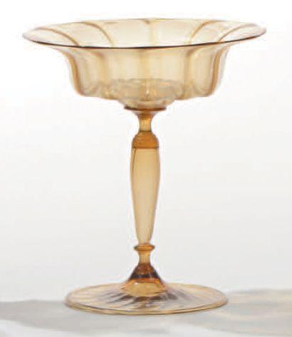 Grand vase à jambe balustre, le haut largement...