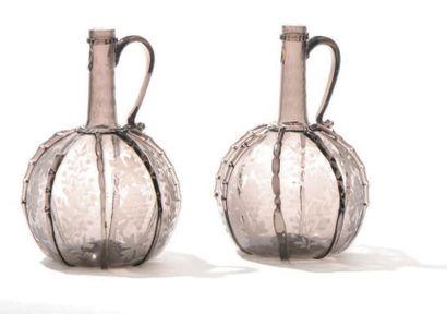 Deux carafes en verre fumé à panse enflée...