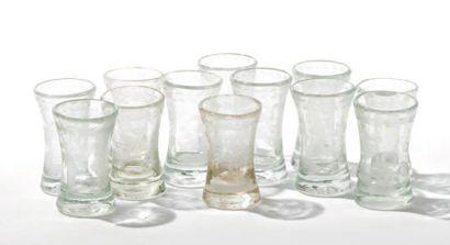 Suite de douze verres à liqueur en cristal...