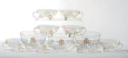 Huit coupes en verre irisé à anses latérales...