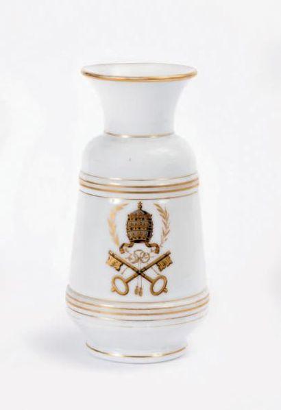 Vase en verre opalin de forme balustre à...