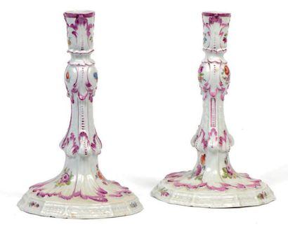 Paire de chandeliers en porcelaine à décor...