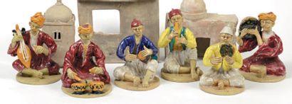 Suite de six personnages en terre cuite vernissée...