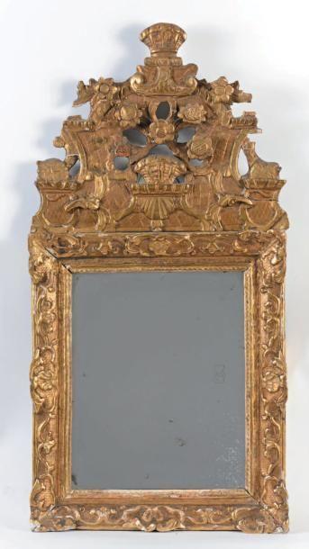 Petit miroir à fronton en bois doré à décor...