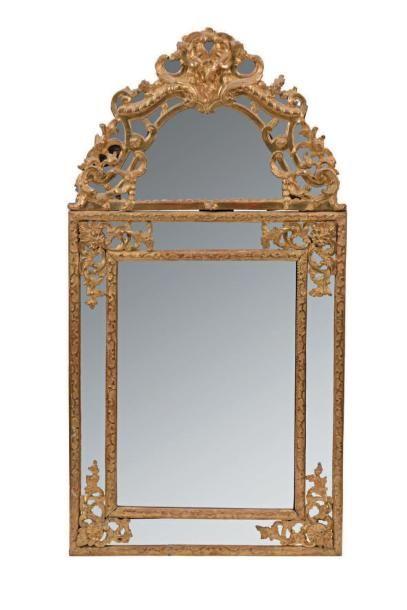 Miroir à fronton en bois redoré à décor ajouré...