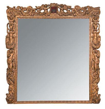 Grand miroir en bois doré à décor de mascarons,...