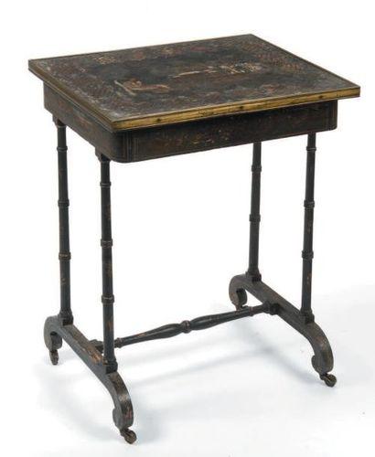 Table gigogne en bois noirci, le plateau...