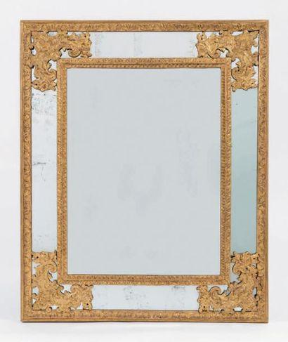 Petit miroir en bois doré à décor de feuillages...
