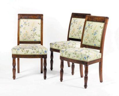 Suite de trois chaises en acajou mouluré...
