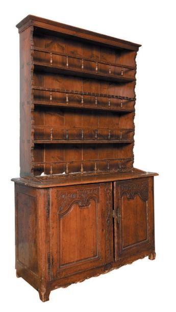Vaisselier en bois naturel sculpté, ouvrant...