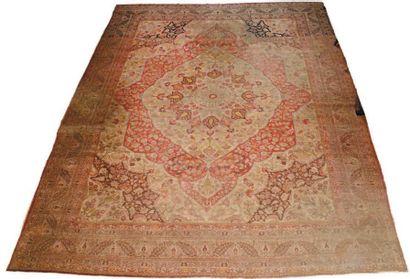 TABRIZ (Perse). Grand tapis en laine à décor...