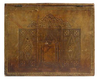 Rare écritoire en cuir cognac à décor néogothique gauffré. L'abattant, orné d'une...