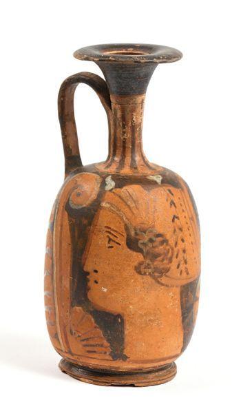 3 Vase en terre cuite à décor d'un profil...