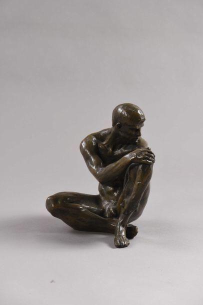 43 École moderne Homme assis Bronze à patine...