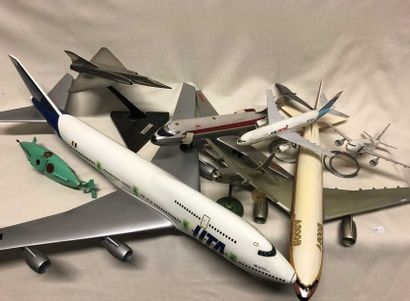 lot d'avions maquettes d'agence comprenant...