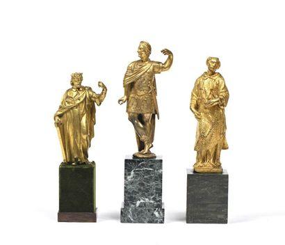 121 Figure de saint personnage en bronze doré à décor gravé. XVIII e siècle (manque)....