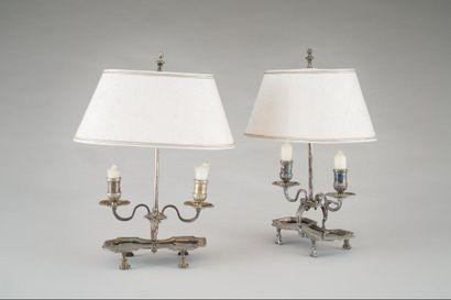 Paire de lampes le piétement en bronze argenté...