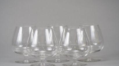 SAINT LOUIS : Suite de cinq verres à cognac...