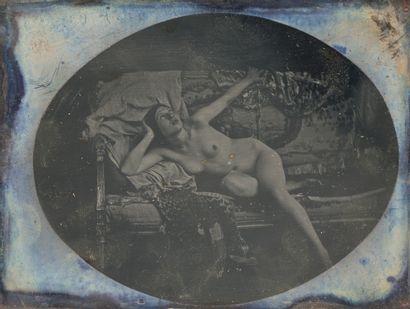 Photographe non identifié. Femme nue à moitié...