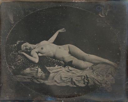 Photographe non identifié. . Femme nue allongée...