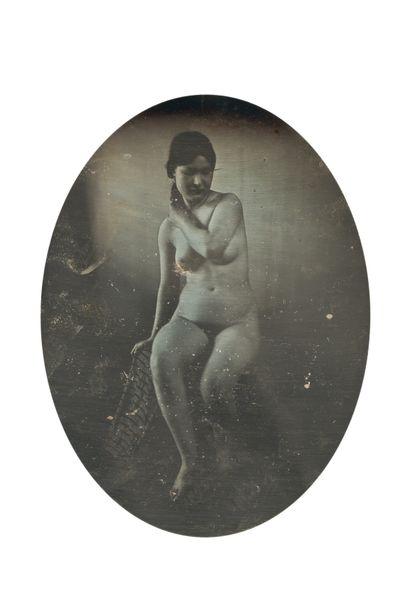 Photographe non identifié. . Femme nue assise....