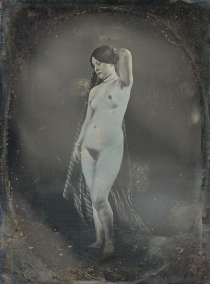 Photographe non identifié. Femme nue debout....