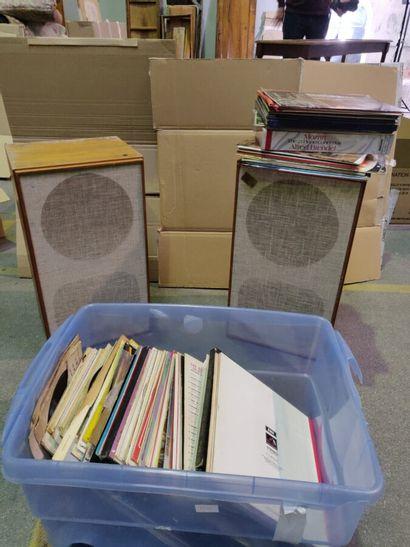 Deux enceintes et lot de disques vinyles...