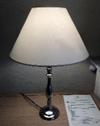 Lampe en métal argenté, fût balustre.  Ch....