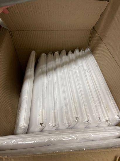Carton avec 12 rideaux de douche neufs (sous...