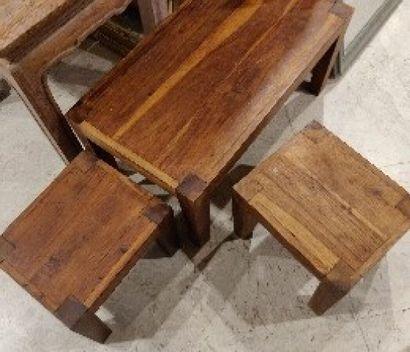 Tables gigognes en bois exotique  Dim pour la plus grande: H.:33cm; L.: 70 cm;...