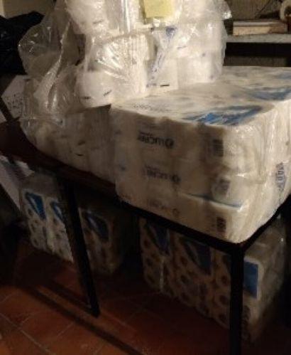 Fort lot de papier toilette.