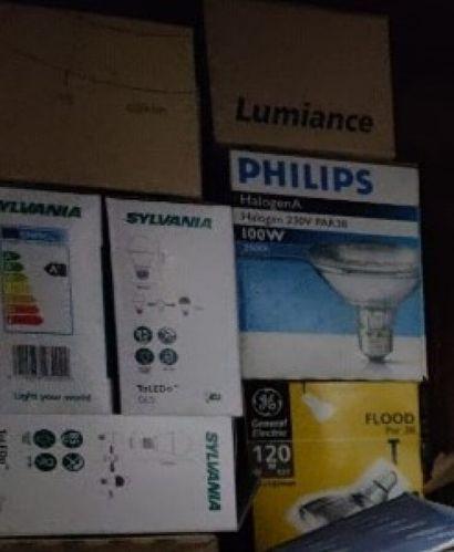 Lot électricité comprenant: ampoules, douilles,...