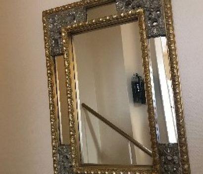 Miroir à parecloses à décor de fleurs.  95...