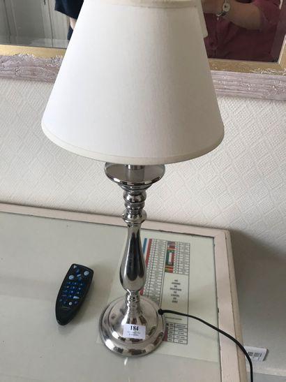 Lampe en métalargenté, fût balustre.  H.:...