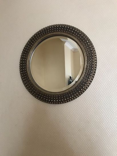 Miroir en résine patiné argenté à décor de...